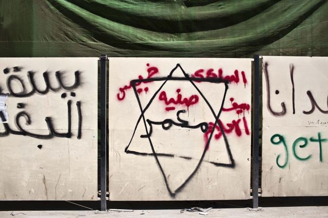 «Geddafi è un ebreo, Geddafi deve morire» è scritto sui muri di Bengasi (Diego Ibarra Sanchez)