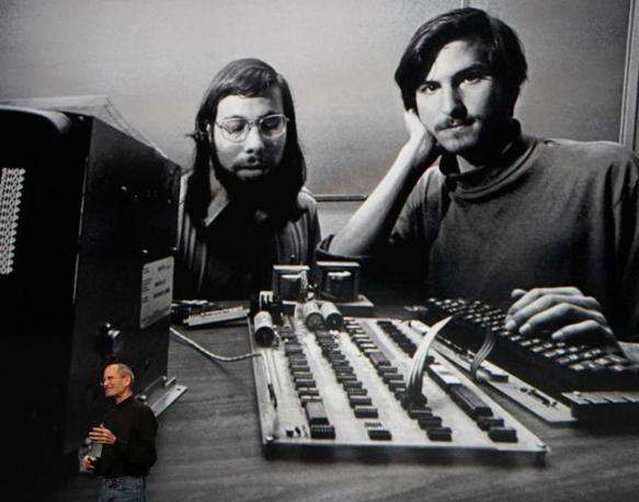 Nel 2010 davanti a una gigantografia che lo ritrae insieme al cofondatore di Apple Steve Wozniak (Reuters/White)