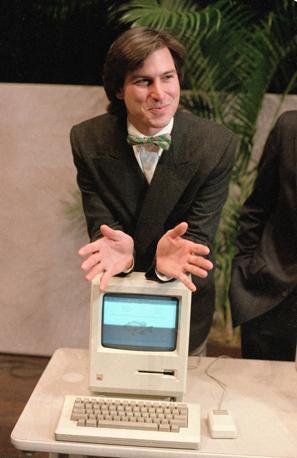 Steve Jobs nel 1984 con il primo Macintosh (Ap/Sakuma)