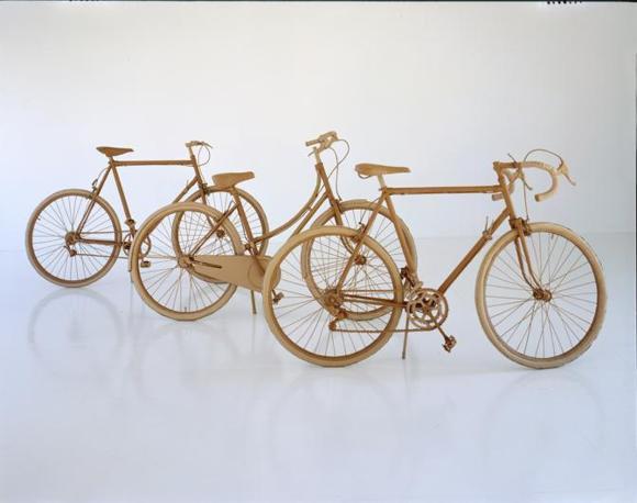 Le opere dell'artista inglese Chris Gilmour: ispirate al design italiano dei tempi eroici e fabbricate col cartone da imballaggio