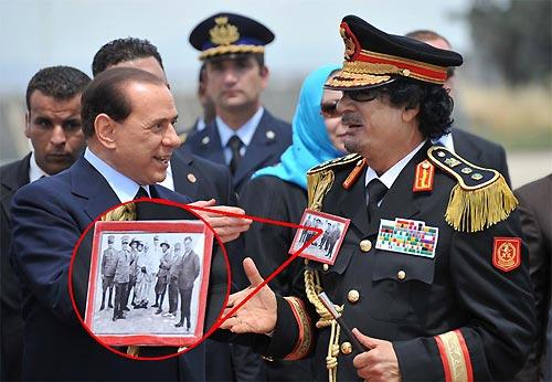 Sulla divisa del leader libico Muammar Gheddafi campeggia l'immagine di Omar Al Mukhtar circondato dagli italiani che lo hanno scovato dopo anni di azioni di guerriglia (Graffiti Press)
