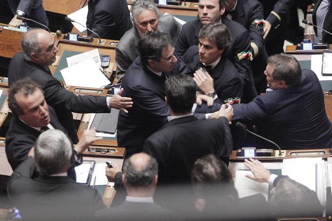 Claudio Barbaro del Fli, a sinistra. e Fabio Rainieri della Lega durante la lite dopo un intervento di Reguzzoni che chiedeva le dimissioni di Fini alla Camera (Ansa)