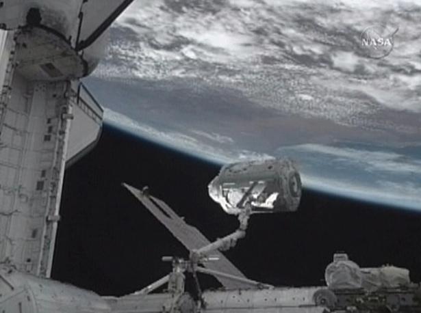 Un braccio di robot gestisce il nodo del Tranquility e la «Cupola», che offrirà una vista spettacolare della Terra all'equipaggio della stazione spaziale (Afp/Nasa)
