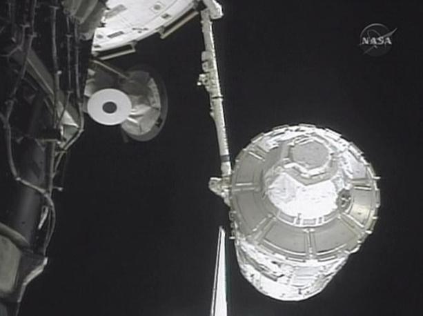 Ancora il braccio robotico e la «Cupola» (Afp)