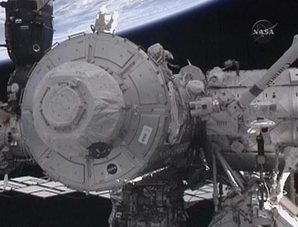 Due astronauti durante la fase di installazione (Afp)