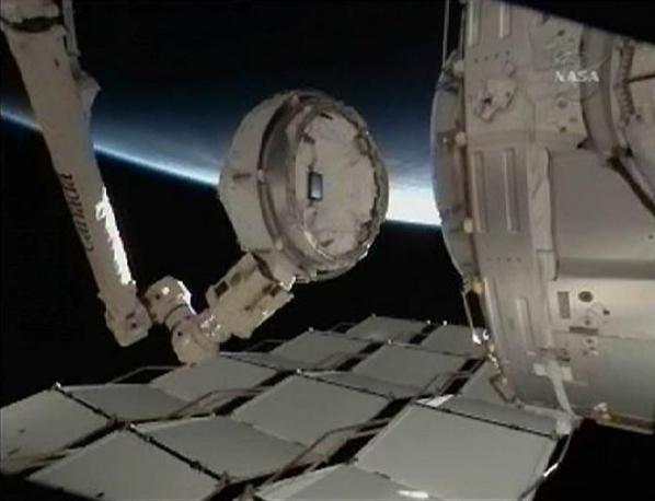 Il braccio robotico della Stazione Spaziale Internazionale con la Cupola alla sua estremità