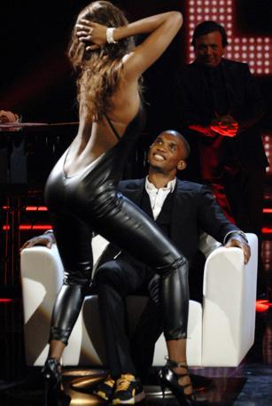 Eto'o al «Chiambretti Night» assiste al sexy spogliarello della modella e showgirl venezuelana  Ainett Stephens (Merone / Infophoto)