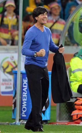 Abito scuro e sottogiacca a manica lunga blu pastello, e con collo a v, per Joachim Löw, allenatore della Germania (Epa)