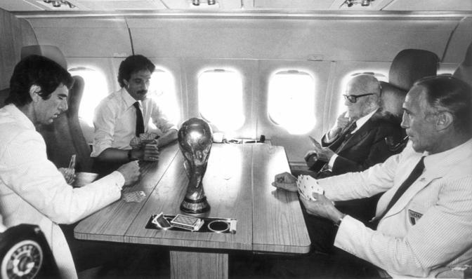 Ritorno in aereo dell'Italia campione del mondo di calcio 1982, partita a carte tra Bearzot, il presidente Pertini, Zoff e Causio (Ap)