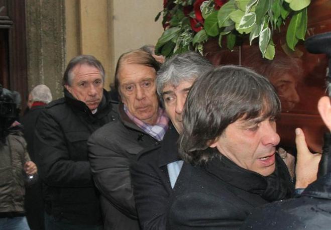 Il funerale di Enzo Bearzot: Giampiero Marini, Cesare Maldini, Paolo Rossi e Bruno Conti portano la bara (Ansa)