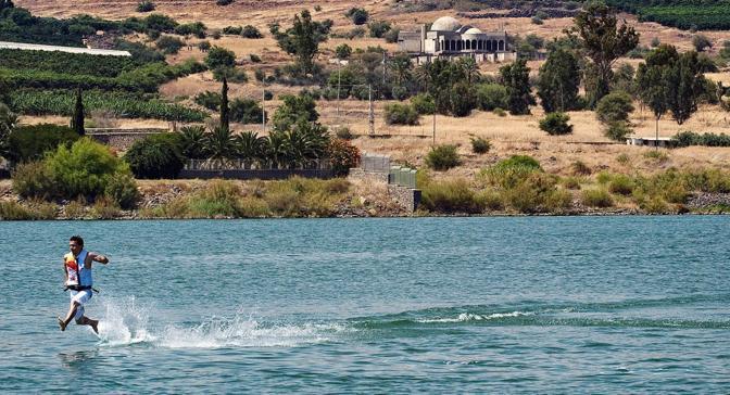 I miracoli però in questo caso non c'entrano. Maciek è infatti riuscito a correre sulle acque  atterrando ad altissima velocità sul lago col suo kite surf... (Ansa/Epa)